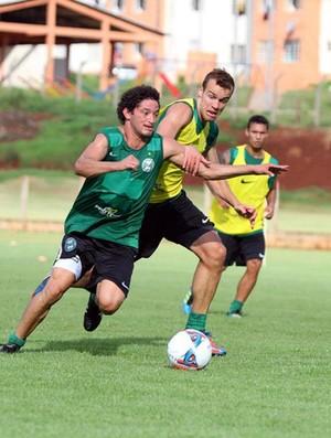 Arthur e Chico disputam bola no treino do Coritiba (Foto: Divulgação / Site oficial do Coritiba)