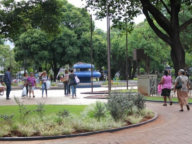Praça Ary Coelho estava pouco movimentada nesta quinta-feira (14) (Foto: Maria Caroline Palieraqui/G1 MS)