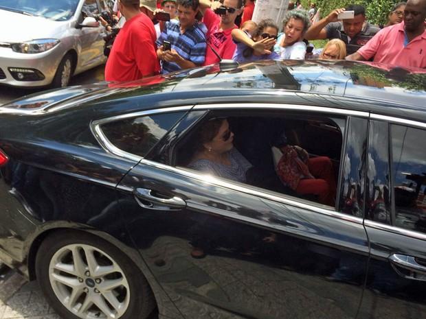 Dilma chega para visitar Lula em apartamento em São Bernardo do Campo (Foto: Carolina Dantas/G1)