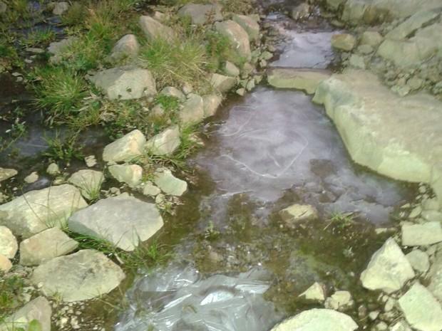 FRIO SC: Poças de água congelaram em Urupema, na Serra de SC (Foto: Márcio Soares/RBS TV)