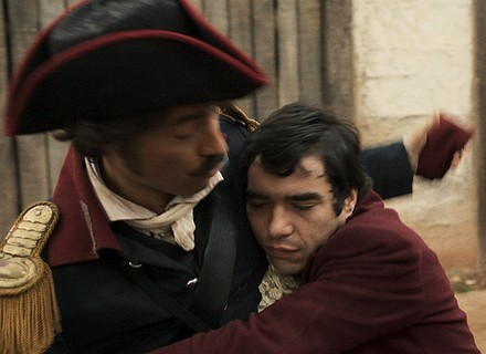 André abraça Tolentino após exagerar na bebida
