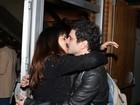 Caco Ciocler recebe o carinho de Luisa Micheletti após estreia de peça