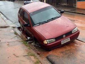 Carro afunda em asfalto na rua Coronel Alves Seabra em Bauru (Foto: Arquivo pessoal/Leandro Peral)