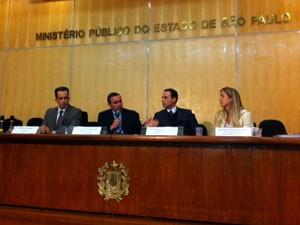 Promotores falam sobre o caso em entrevista coletiva (Foto: Roney Domingos/G1)