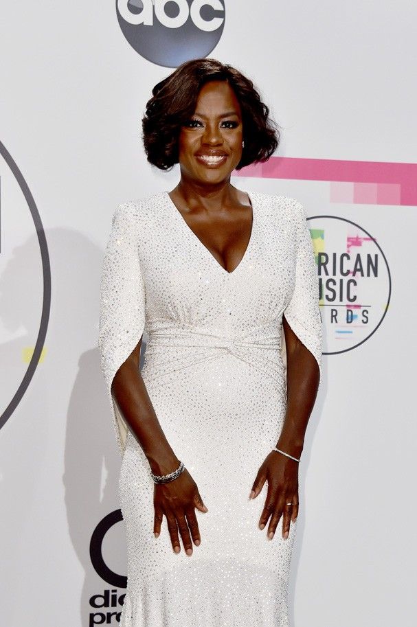 LOS ANGELES, CA - NOVEMBER 19:  Viola Davis poses in the press room during the 2017 American Music Awards at Microsoft Theater on November 19, 2017 in Los Angeles, California.  (Photo by Alberto E. Rodriguez/Getty Images) (Foto: Getty Images)