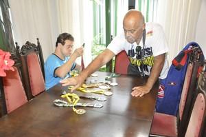 Fabricio Galvão e Chicão arrumam medalhas conquistadas no jiu-jitsu (Foto: Robson Boamorte)