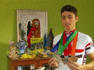 Juninho exibe medalhas que ganhou no mountain bike (Foto: Reprodução EPTV / Tarciso Silva)