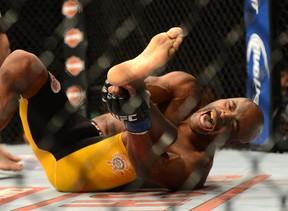 Anderson Silva se machuca em luta contra Chris Weidman em Las Vegas, nos Estados Unidos (Foto: Jayne Kamin/ Reuters)