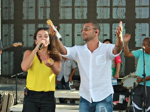 Márcia Nôvo e Diogo Nogueira passaram o som na praia da Ponta Negra, em Manaus  (Foto: Camila Henriques/G1 AM  )