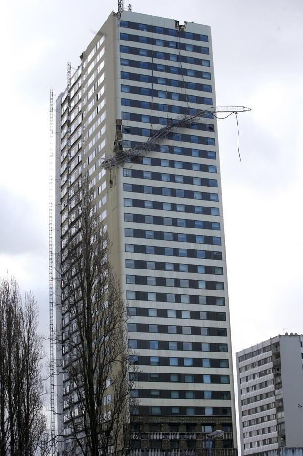 Antena pendurada em prédio em Bagnolet nesta sexta-feira (7) (Foto: Kenzo Tribouillard/AFP)