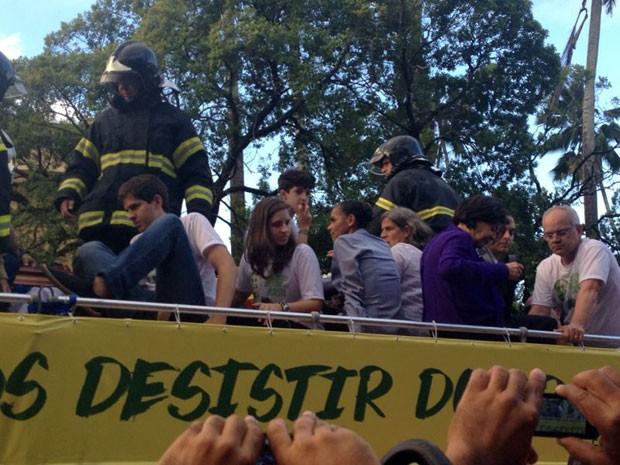 A viúva, os filhos, a mãe de Campos e Marina Silva levam o corpo no carro dos Bombeiros. (Foto: Mariana Oliveira / G1)