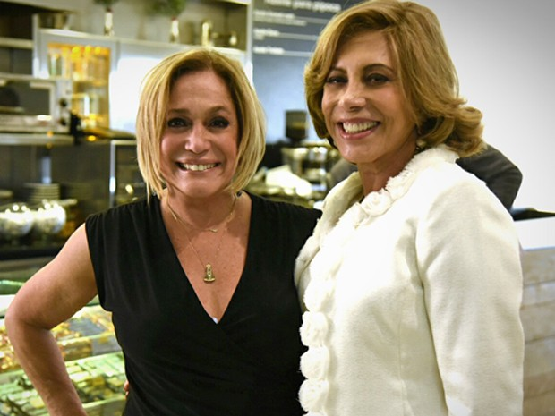 Susana Vieira e Arlete Salles posam juntas nos bastidopres de Babilônia (Foto: Raphael Dias / Gshow)