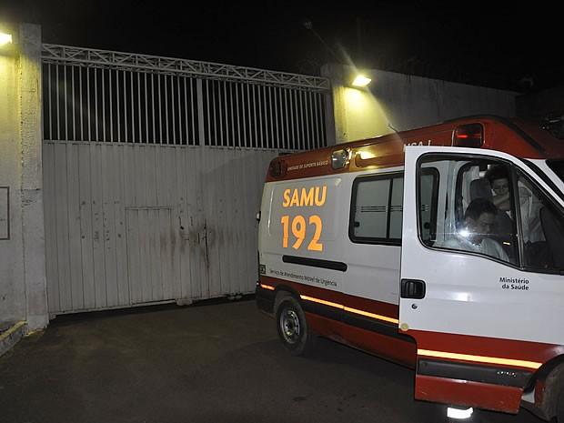 Agente recebeu atendimento do Samu após passar três horas como refém no Pomeri (Foto: Dhiego Maia/G1)