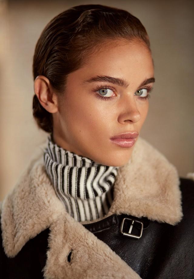 Gola rulê, Longchamp; casaco, Kenzo. (Foto: Greg Swales)