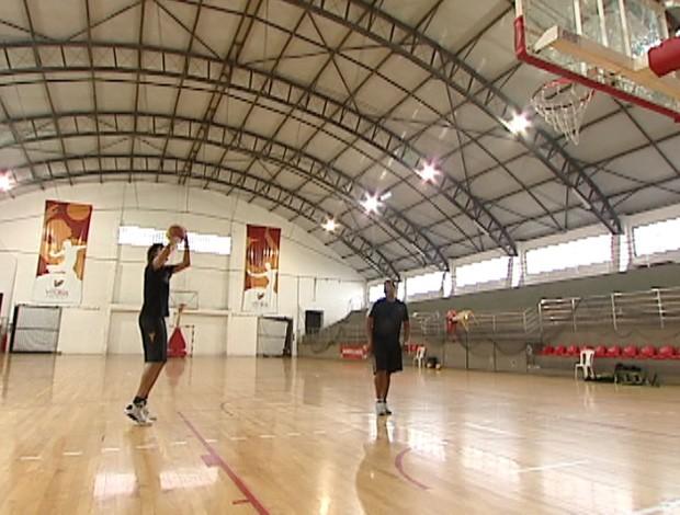 Anderson Varejão treina arremessos com a ajuda do seu amigo Tiago (Foto: Reprodução/TV Gazeta)