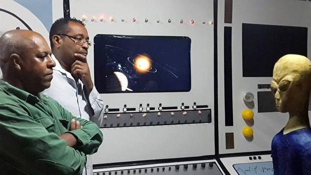 TV de plasma e luzes pisca-pisca simulam interior de nave espacial (Foto: Sérgio Faustino/Arquivo pessoal)