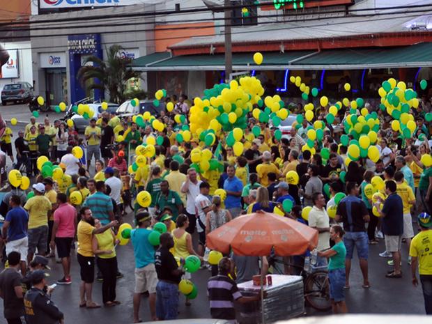 Manifestantes fazem protesto em Cuiabá a favor do impeachment de Dilma (Foto: André Souza/G1)