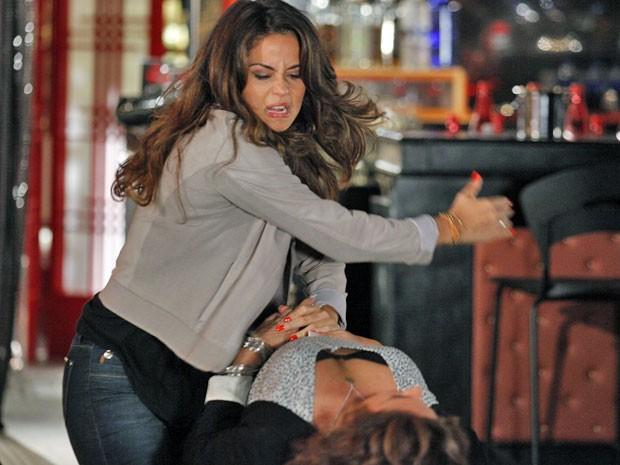 Morena parte para cima de Wanda e quase acaba com a bandida (Foto: Salve Jorge / TV Globo)