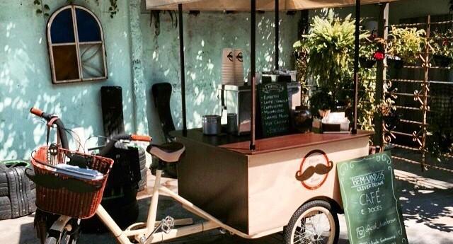 A food bike vende não apenas café, mas também comidinhas como macarons e outros doces (Foto: Reprodução/Instagram)