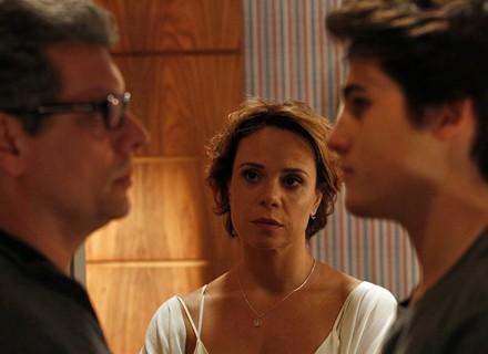 Rodrigo fica arrasado vendo coisas de João e decide enfrentar o pai