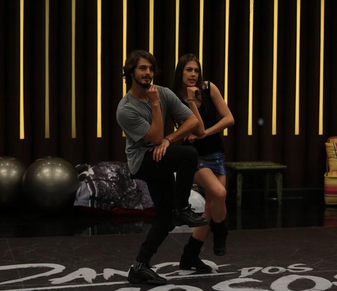 Brenno e Rachel estão focados na coreografia (Foto: Isabella Pinheiro/Gshow)