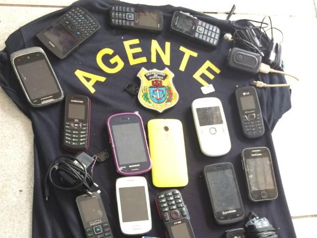 Além dos celulares, polícia apreendeu carregadores e fones de ouvido (Foto: Cadeia Pública de Paranavaí/ Divulgação)
