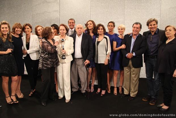 Fernanda Montenegro com os amigos que participaram da homenagem  (Foto: Carol Caminha / TV Globo)