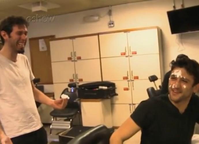 Andy dá gargalhadas depois de terminar a 'maquiagem' de Elidio nos bastidores do Tomara que Caia (Foto: TV Globo)