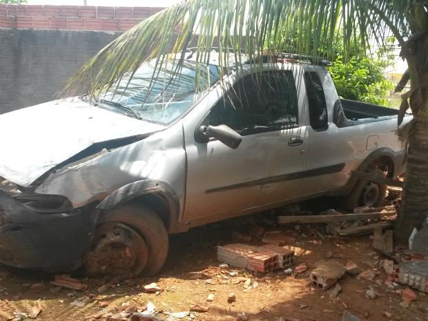 Motorista deve arcar com prejuízos causados no muro (Foto: Eliete Marques/G1)