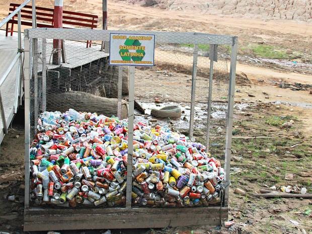 Cooperativa de turismo instalou lixeiras para coletar latas de alumínio para reciclagem (Foto: Marcos Dantas/G1 AM)