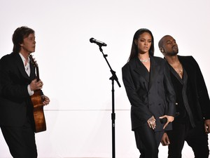 Kanye West, Rihanna e Paul McCartney no palco do Grammy (Foto: Jordan Strauss/Invision/AP)