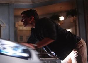Sem sucesso, Théo tenta para o carro  (Foto: Salve Jorge / TV Globo)