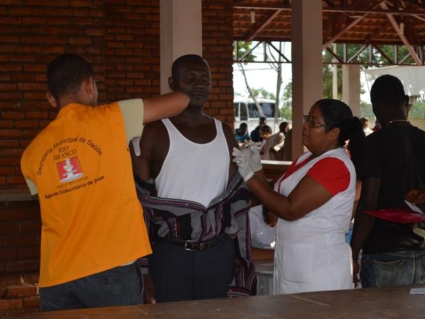 Imigrantes chegam ao novo abrigo em Rio Branco (Foto: Tácita Muniz/G1)