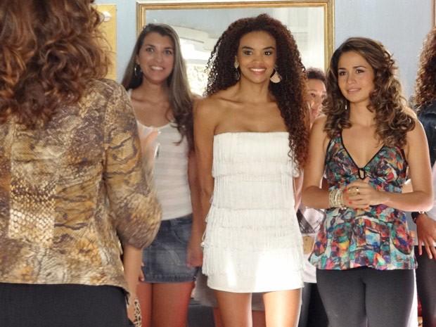 Morena e Sheila chegam para seleção (Foto: Salve Jorge / TV Globo)