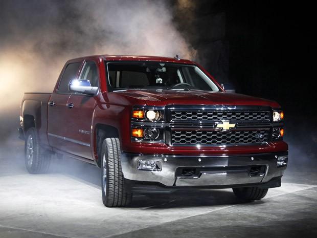 """Nova GMC Silverado é revelada nesta quinta-feira (13) em Pontiac (Michigan), nos Estados Unidos. A picape ganhou novo design e terá 3 opções de motores: um 4.3 V6 criado especialmente para esse tipo de veículo, além do 5.3 V8 e do 6.2 V8. No mesmo evento, chamado """"O futuro das picapes"""", a General Motors mostrou a nova Sierra (Foto: Paul Sancya/AP)"""
