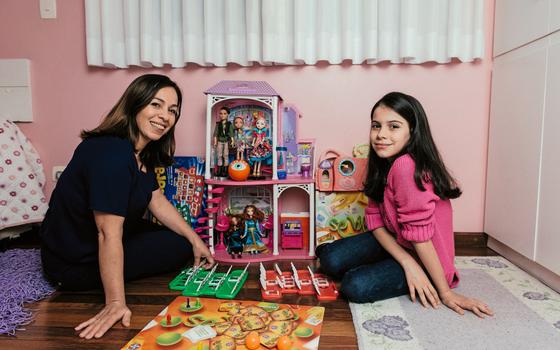 A economista Renata Santos e a filha Ana Luiza.A marca de brinquedos se tornou mais admirada ao denunciar o trabalho infantil. (Foto:  Filipe Redondo/ÉPOCA)