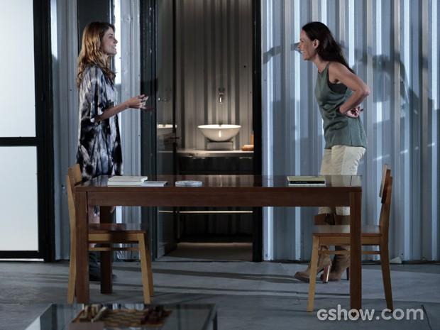 Feliz, ela conta para sua aliada, Paulinha (Foto: Felipe Monteiro/TV Globo)