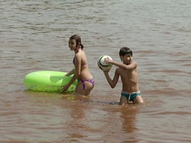 Crianças não podem entrar na água sem o acompanhamento de adulto, segundo bombeiros (Foto: Reprodução/TV Tem)