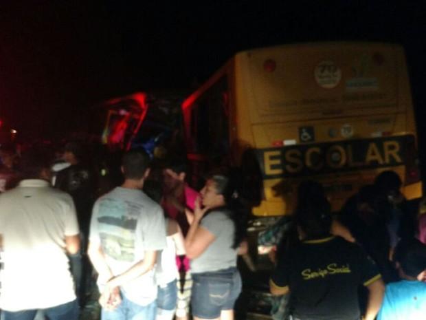 Dois ônibus escolares colidiram em São Sebastião (Foto: Arquivo Pessoal/Jair)