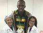 Rindo à toa! Bolt dá um tapa no sorriso antes de deixar o Rio e recebe elogio