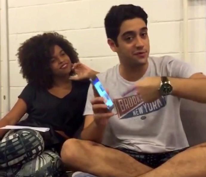 Jenny e Miguel conversaram ao vivo com os fãs de 'Êta Mundo Bom!' (Foto: Gshow)