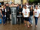 Em protesto, servidores do Caixa e vigilantes levam caixão para a rua