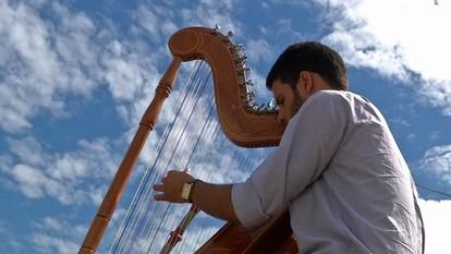 Abrimos o programa com o harpista Rafael Deboleto