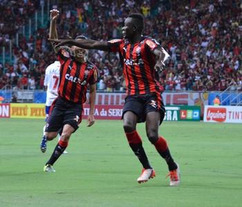 Kanu gol do Vitória contra o Paraná (Foto: Francisco Galvão / Divulgação / E.C. Vitória)
