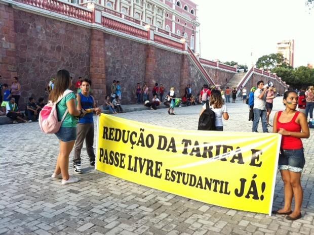 Grupo ocupa o Largo São Sebastião, no Centro de Manaus (Foto: Tiago Melo/G1 AM)