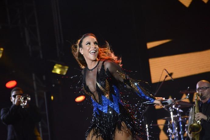 Ivete usa vestido coberto por cristais no Festival de Verão (Foto: André Carvalho/Ag Haack)