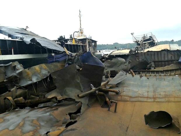 Destroços da balsa ficou submerso no Rio Negro (Foto: Corpo de Bombeiros/Divulgação)