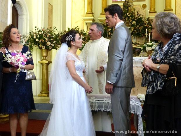 Valdirene é humilhada diante de toda a igreja (Foto: Amor à Vida/ TV Globo)