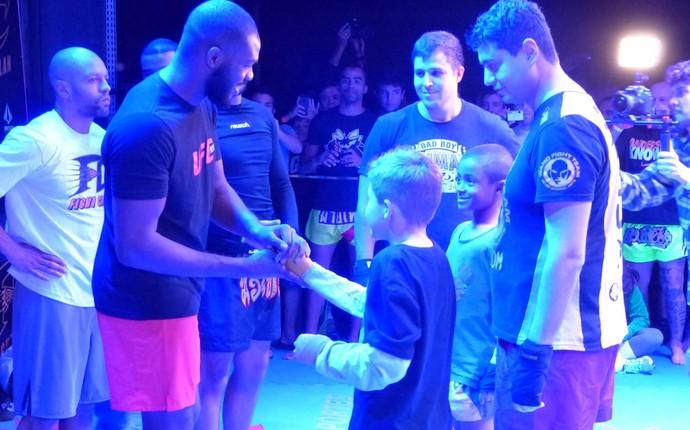 Crianças ficaram encantadas com o campeão do UFC (Foto: Monique Silva)