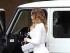 Bumbum de Khloe Kardashian chama atenção em saia branca